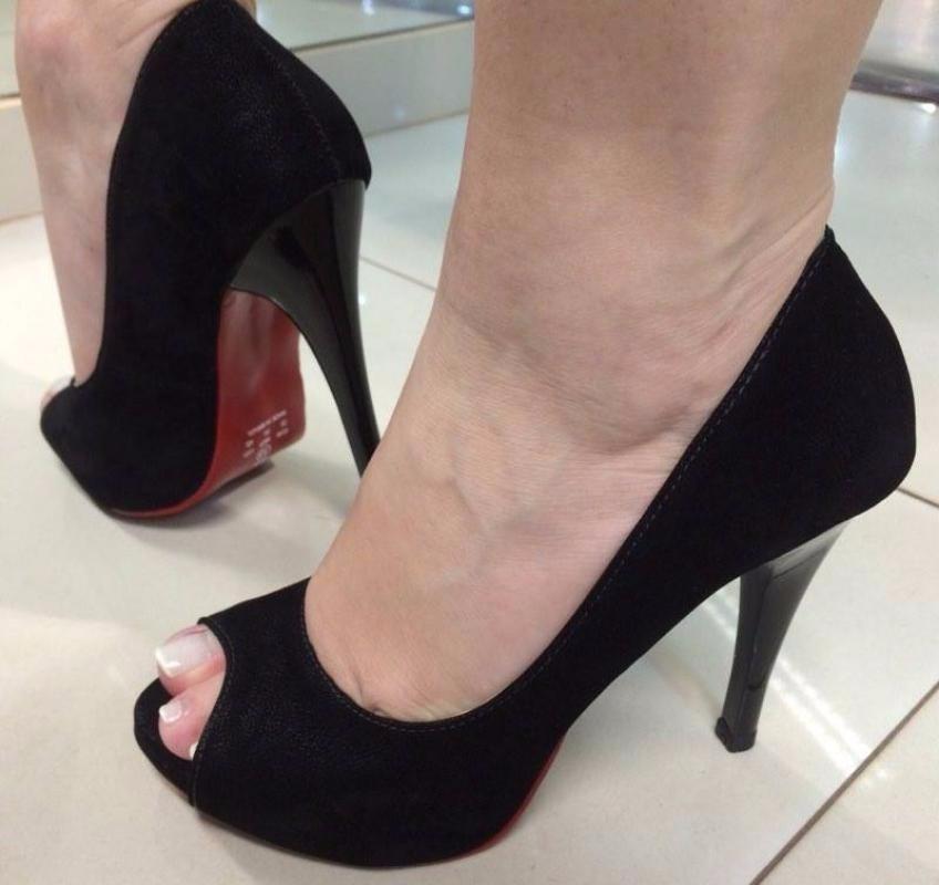 9b283e2e67 Sapato Preto De Salto Alto Aberto Peep Toe Sola Vermelha - R  119