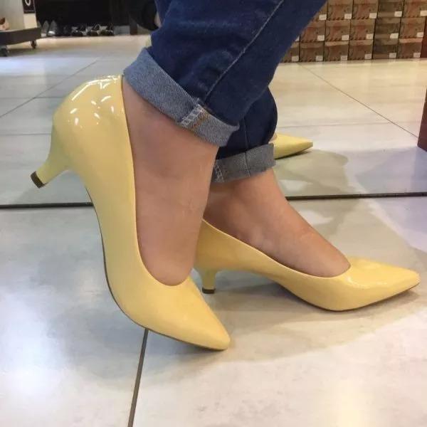 a9c1188ee Sapato Scarpin Salto Baixo Bico Fino Amarelo Claro Verniz - R$ 119 ...
