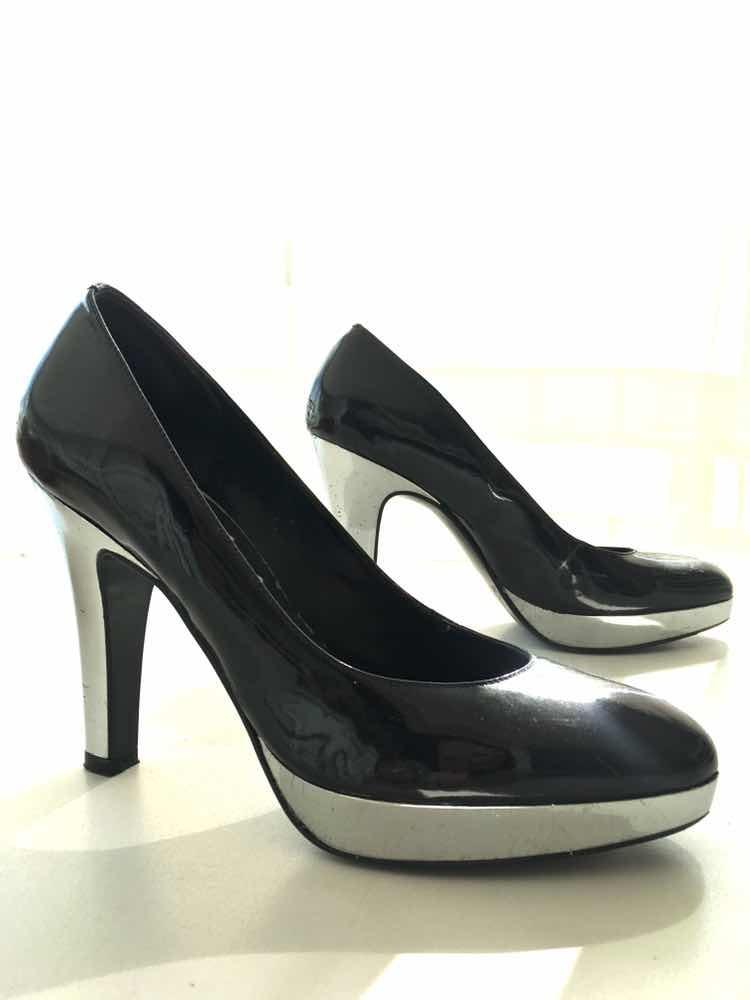 ee033ea68e sapato verniz preto com salto alto prata. Carregando zoom.
