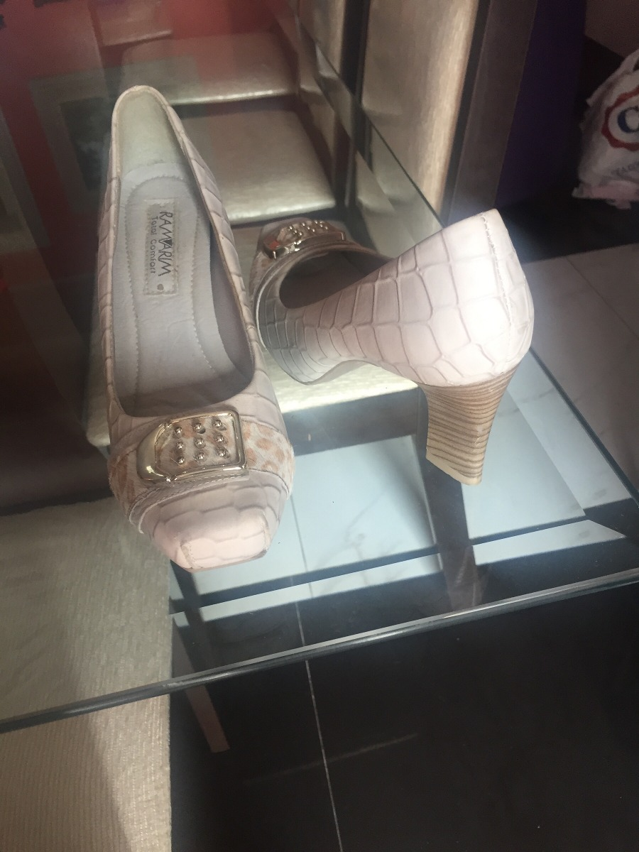 f54c565d1 sapatos de mostruario com 60% ou mais barato que na loja. Carregando zoom.