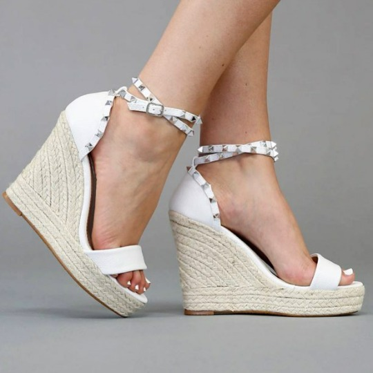 cfbf9f33f Sapatos Femininos Sandálias Anabela Branca Spikes - R  238