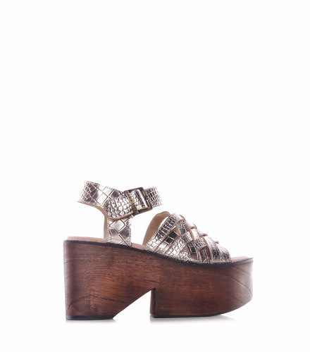 sarkany bottic - sandalia mujer sobre madera