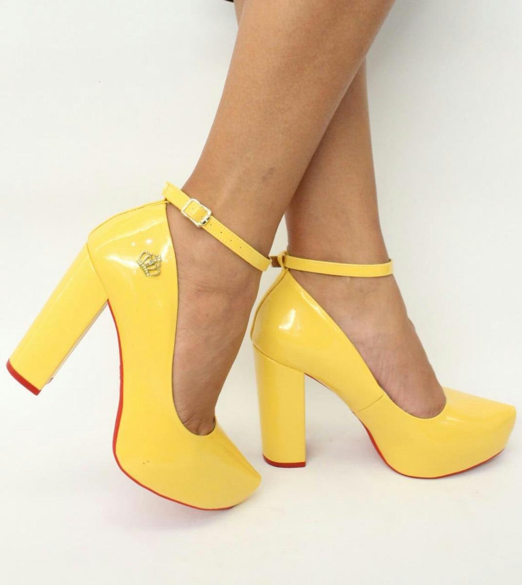 86103e060 scarpin amarelo verniz salto alto grosso meia pata tira. Carregando zoom.