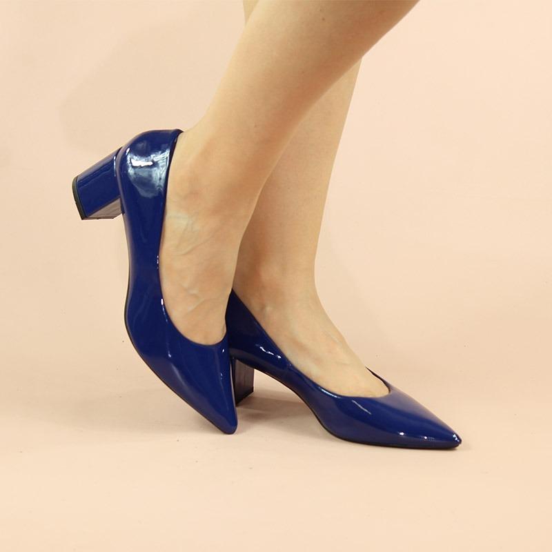 4950752f6a scarpin azul marinho salto grosso baixo bico fino verniz. Carregando zoom.