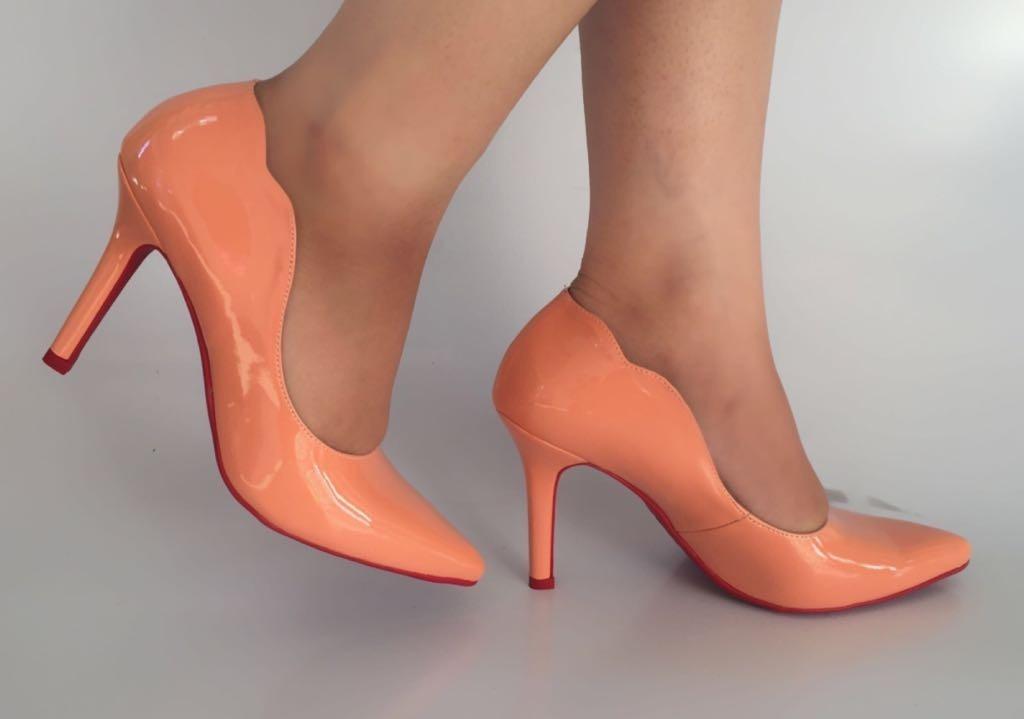 6a288bd5fc scarpin laranja salto alto bico fino recorte sola vermelha. Carregando zoom.