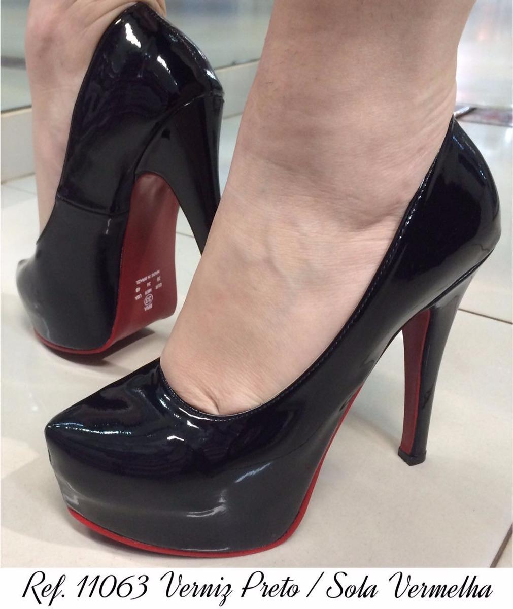 acf505f067 scarpin preto verniz meia pata salto alto fino sola vermelha. Carregando  zoom.