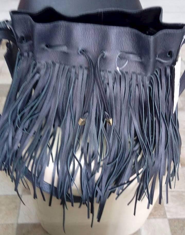 f5b464e10 Schutz Bolsa Saco Com Franjas Preta - R$ 356,00 em Mercado Livre