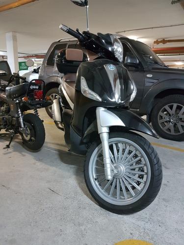 scooter italiana linda com baú importado e encosto