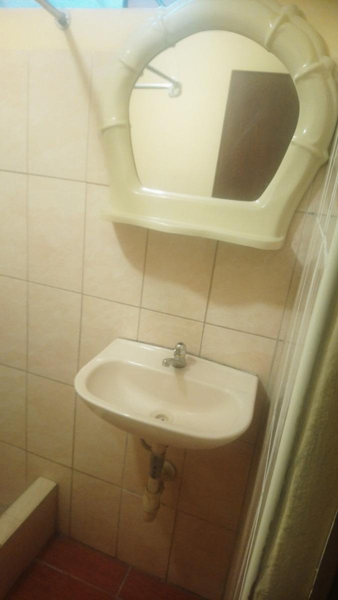 se alquila habitación con baño