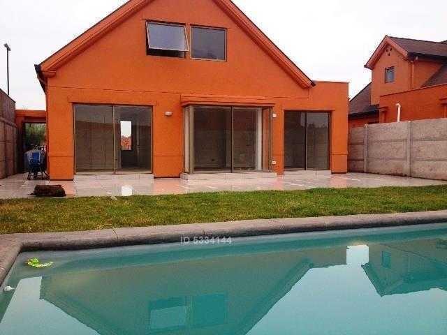 se arrienda casa con piscina, colegio highlands. disponible 01 marzo