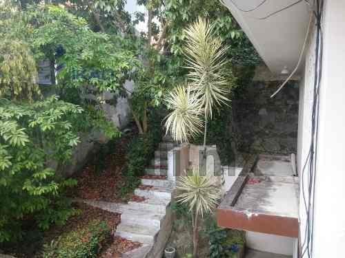 se encuentra ubicada muy cerca de los principales centros comerciales chedraui y liverpool, plaza crystal, en la calle rio tecolutla # 24 de la colonia jardines de tuxpan, cuenta con 680 m² de constr