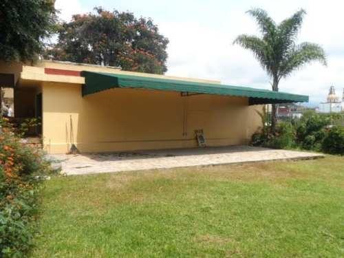 se renta en esquina, con garage u opción a locales!! colonia la prader