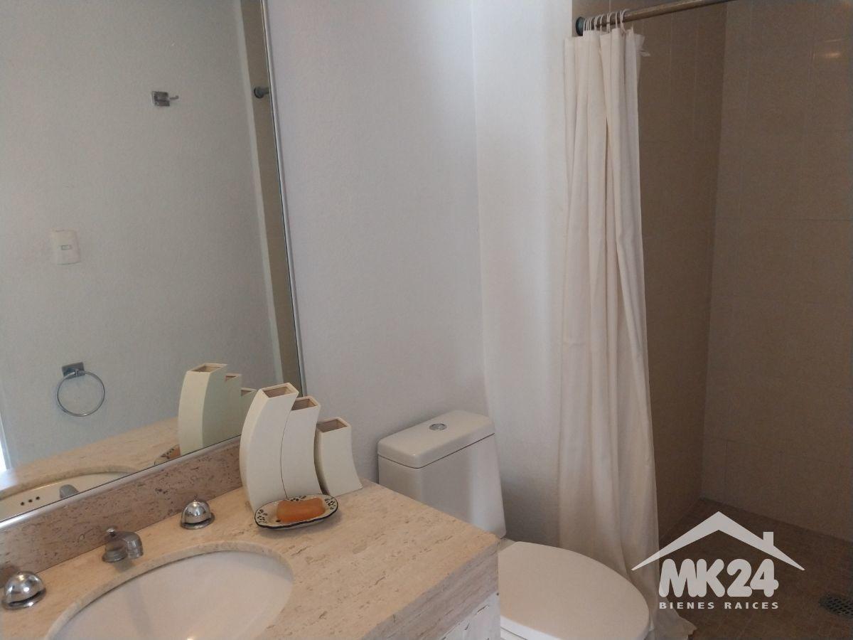 se renta habitacion con baño privado