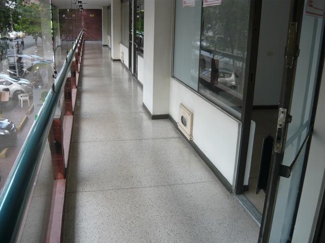 se renta oficina 2 piso edificio plaza versalles