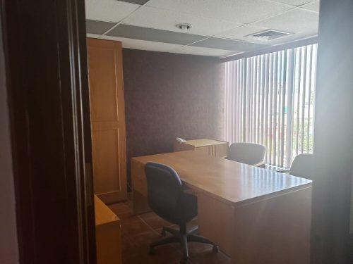 se renta oficina con cuatro privados y amueblada en plaza krystal.