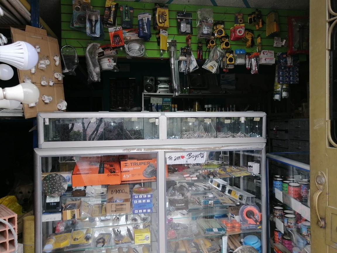 se vende acopio de material, ferretería y cargador