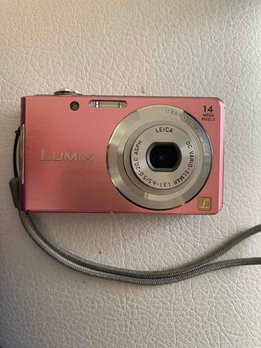 se vende cámara lumix muy buena con su cargador