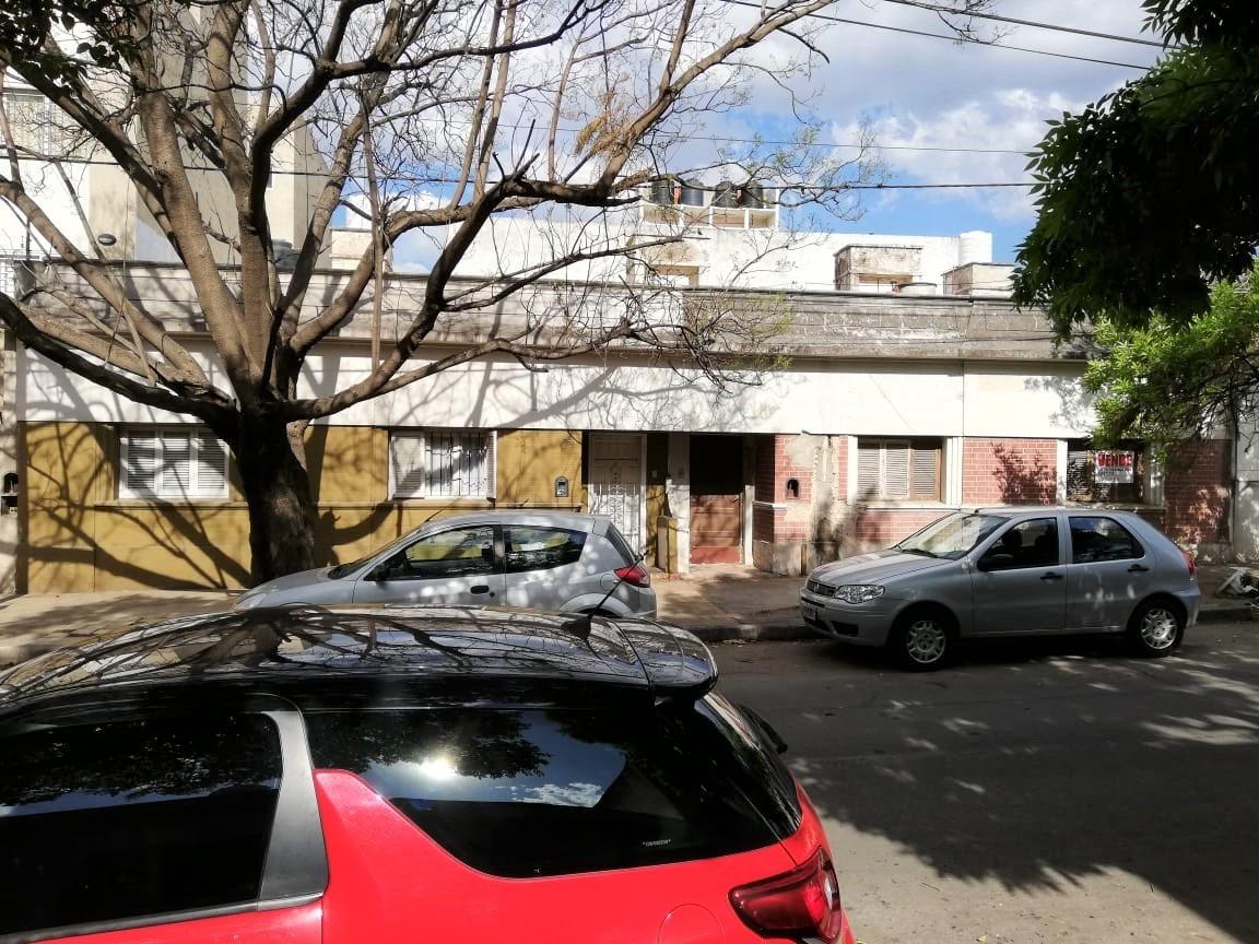 se vende casa a reciclar en barrio al alberdi!