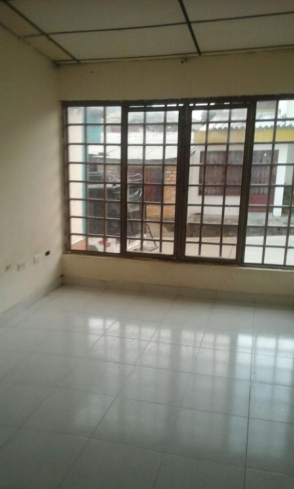 se vende casa amplia con 3 habitaciones y 2 baños negociable