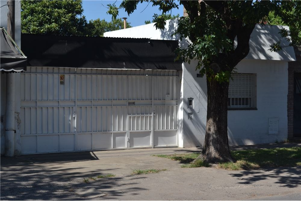 se vende casa con cochera y amplio patio
