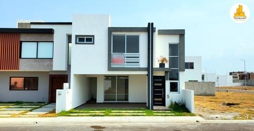 se vende casa con doble altura en lomas de la rioja