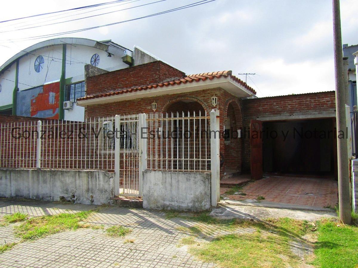 se vende casa de 2 dormitorios sobre avenida con terreno