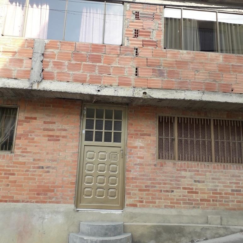 se vende casa de 3 pisos.