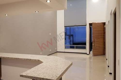se vende casa de un piso con doble altura
