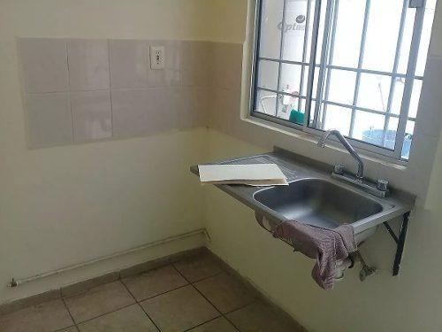 se vende casa en eduardo loarca, 2 recámaras, 1.5 baños, patio trasero, privada