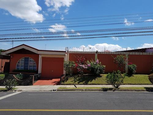 se vende casa en el centro de alajuela.