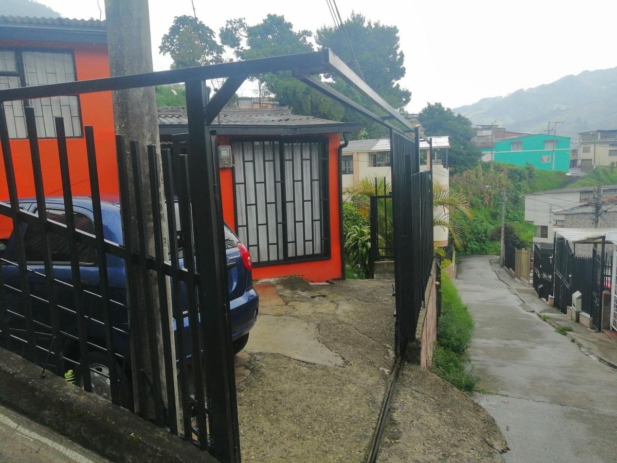 se vende casa esquinera en el barrio las colinas parte alta