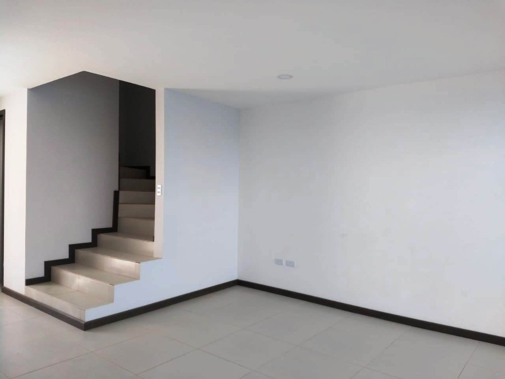se vende casa nueva de 3 recamaras atras de plaza san diego