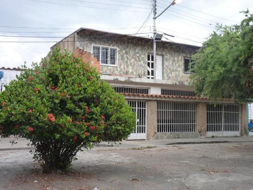 se vende comoda y amplia casa en maracay 18-1188