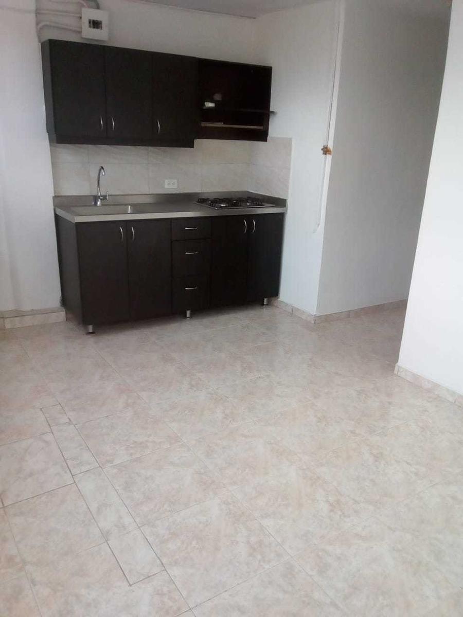 se vende cómodo apartamento en manrique central.