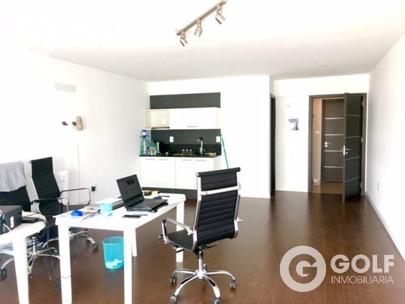 se vende con renta $ 19000    oficina con garaje frente a wtc y montevideo shopping