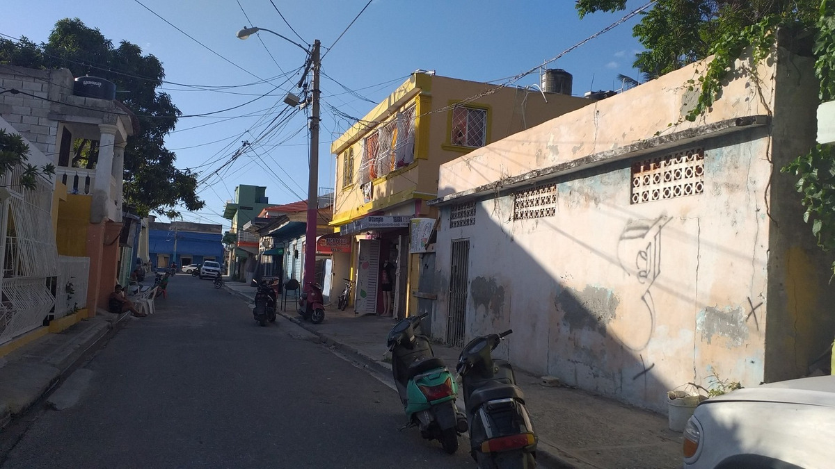 se vende este solar en el centro de la ciudad detras del cor