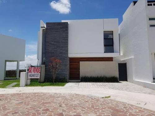 se vende hermosa casa en cañadas del lago, 3 recámaras, estudio, jadín, premium!
