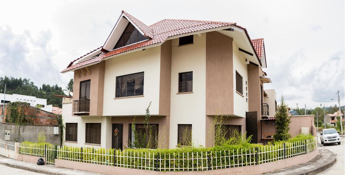 se vende hermosa casa en urbanización privada en cuenca
