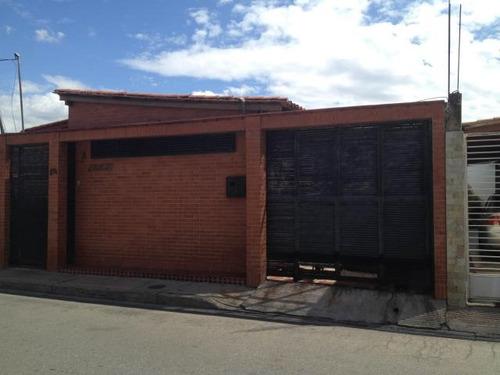 se vende hermosa y comoda casa en maracay 18-605