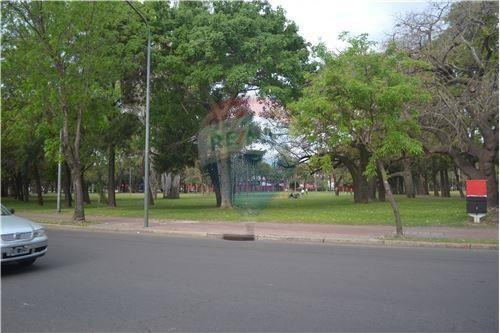 se vende local comercial +casa con cochera -  frente al parque independencia