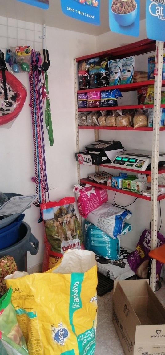 se vende mercancía y muebles de tienda de mascotas
