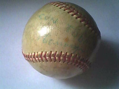 se vende pelota de beisbol firmada por el manager del caraca