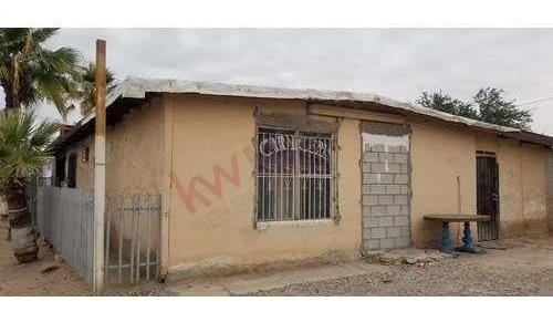 se vende pequeña casa con local comercial