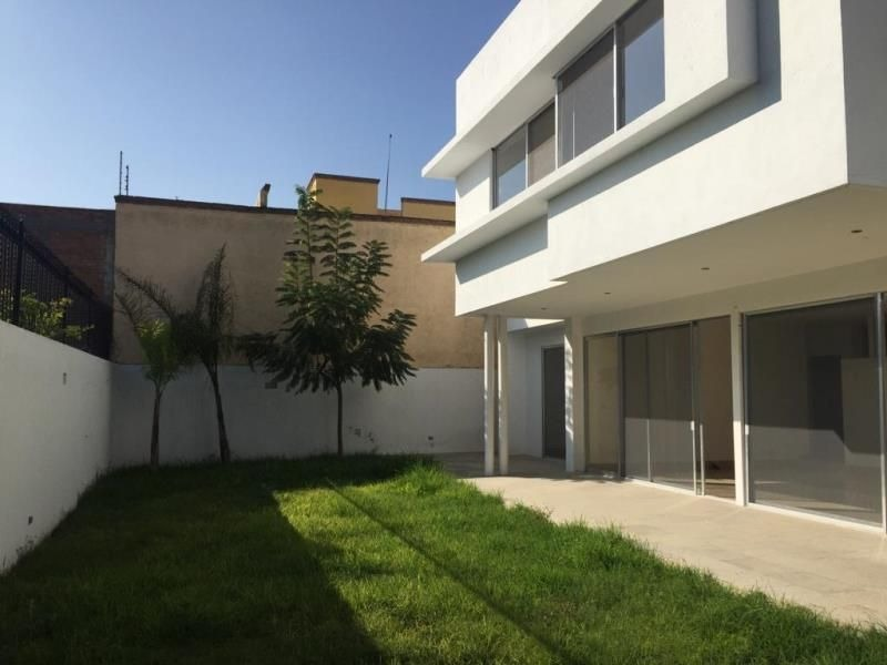 se vende preciosa residencia en villas del mesón, 500 m2 terreno, gran jardín,.