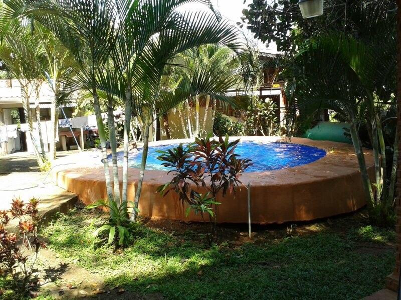 se vende propiedad con una casa, cabaña y piscinas.