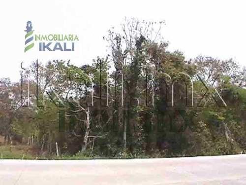 se vende terreno en tuxpan ver. de 17 hectáreas, 230 metros en la carretera tuxpan  tamiahua a un costado de la unidad habitacional de la marina, pasando el reclusorio, por esa zona hay todos los se