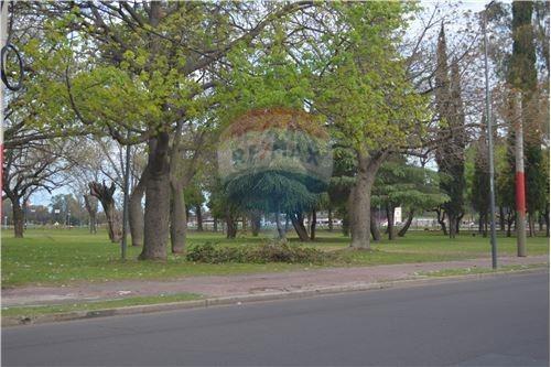 se vende terreno frente al parque independencia