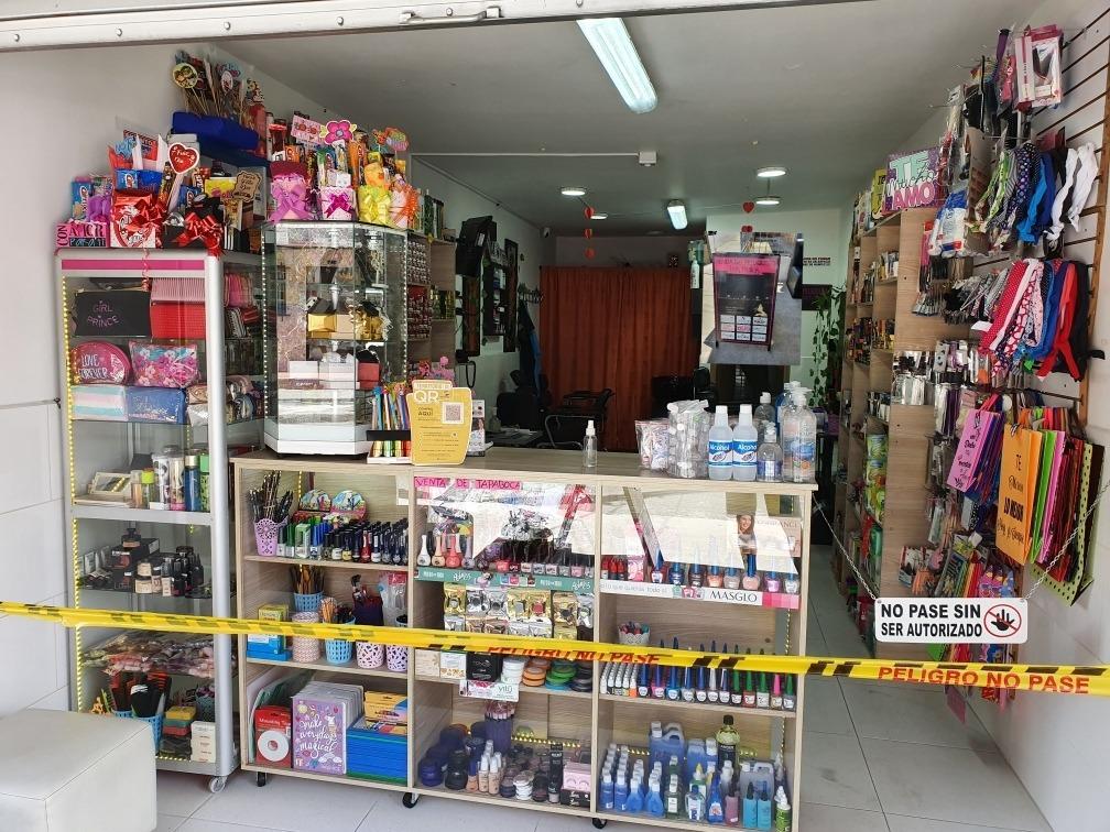 se vende tienda del peluquero con 2 puestos de spa de  uñas