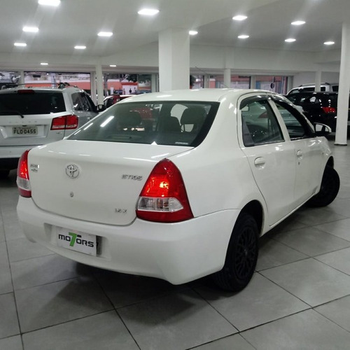 sedán sedan etios