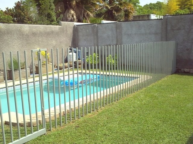 Seguridad piscina reja peineta 120x120 gris piscineria for Verjas para jardin